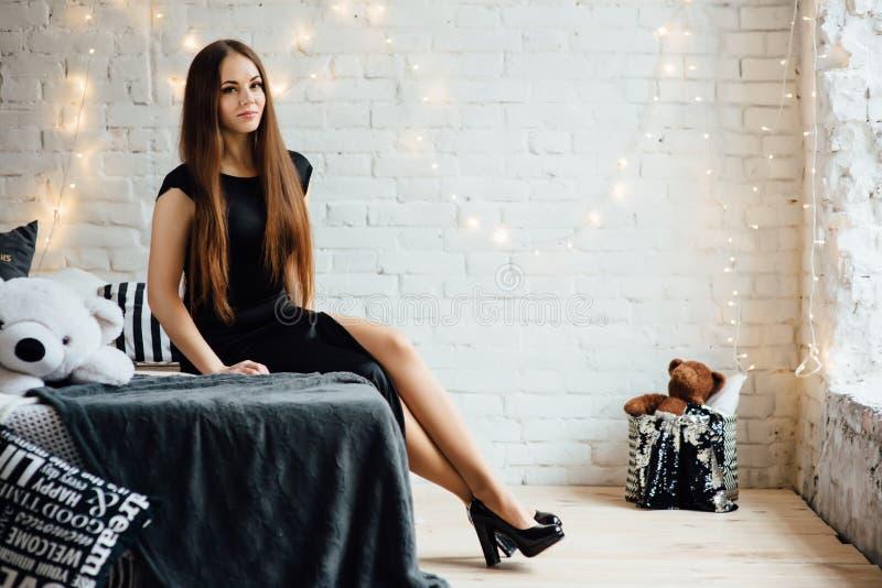 Mulher elegante com as cintas no vestido preto imagem de stock royalty free