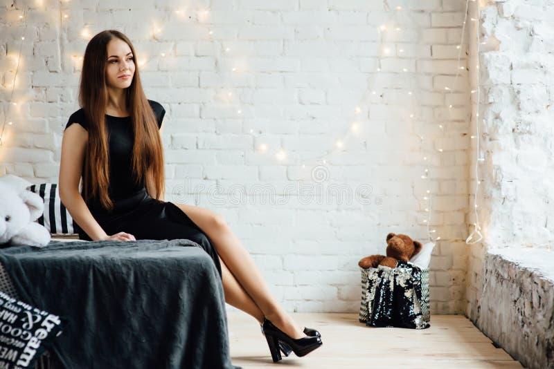 Mulher elegante com as cintas no vestido preto foto de stock royalty free
