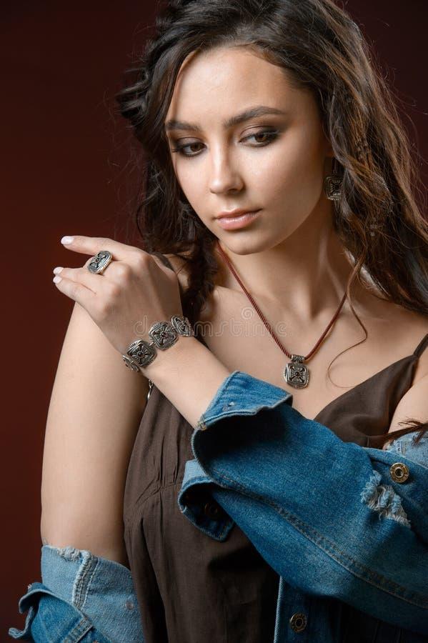 Mulher elegante com as colares e os brincos saudáveis da joia da composição do cabelo Modelo bonito com penteado perfeito imagens de stock