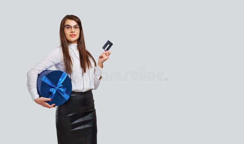 Mulher elegante com caixa de presente e cartão imagem de stock royalty free