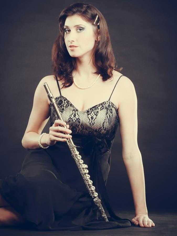 Mulher elegante com instrumento da flauta imagem de stock royalty free