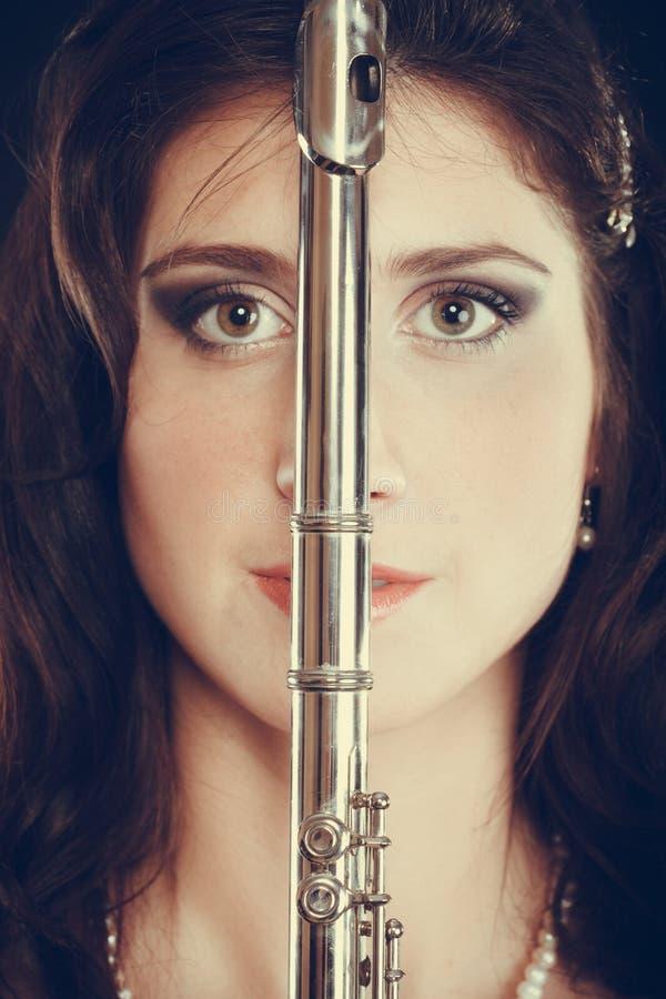 Mulher elegante com instrumento da flauta imagem de stock