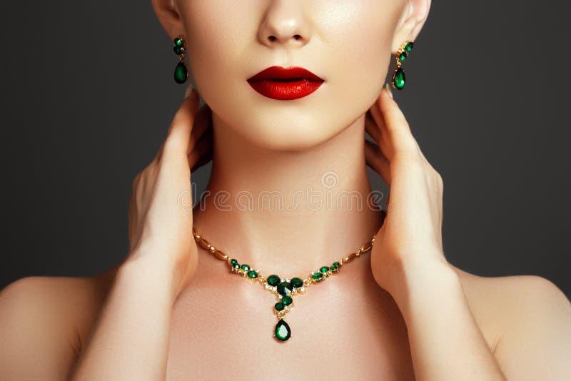 Mulher elegante elegante com jóia Conceito da forma fotos de stock
