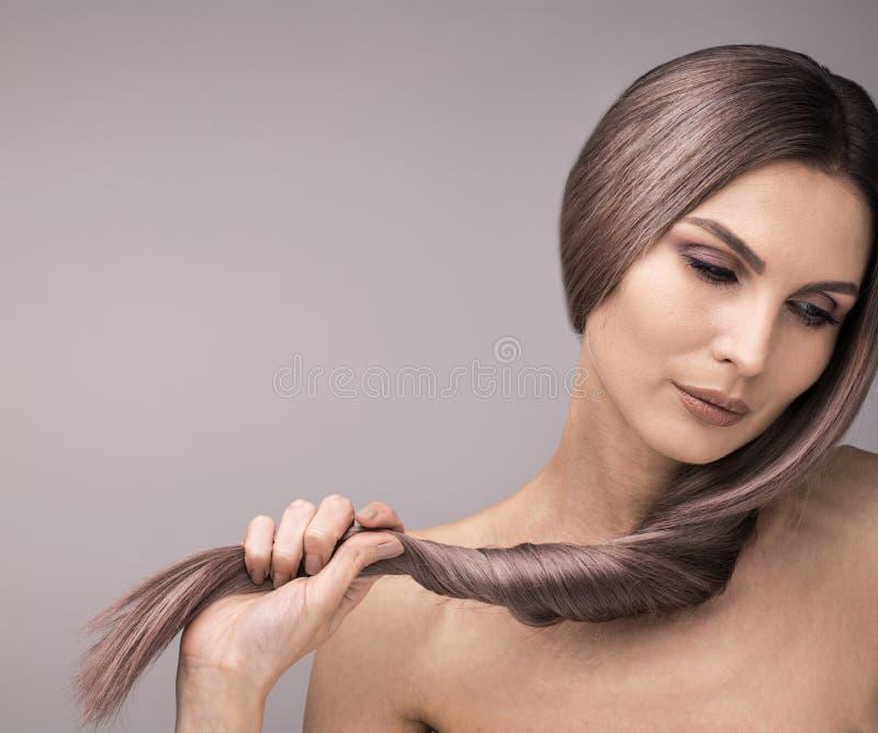 Mulher elegante com pescoço longo e cabelo roxo forte, saudável imagens de stock royalty free