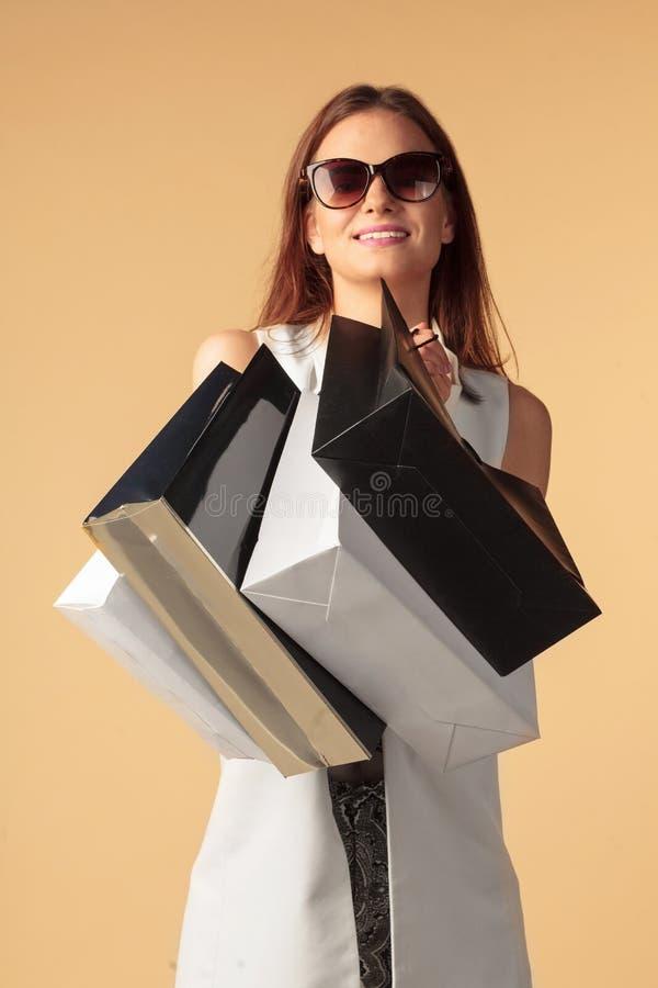 Mulher elegante com sacos de compras foto de stock royalty free