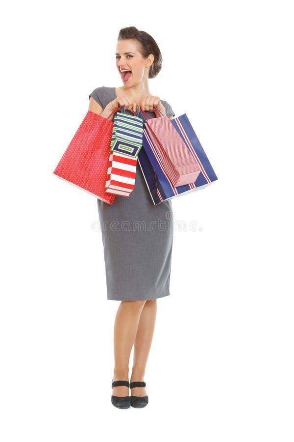 Mulher elegante de riso com sacos de compra fotografia de stock