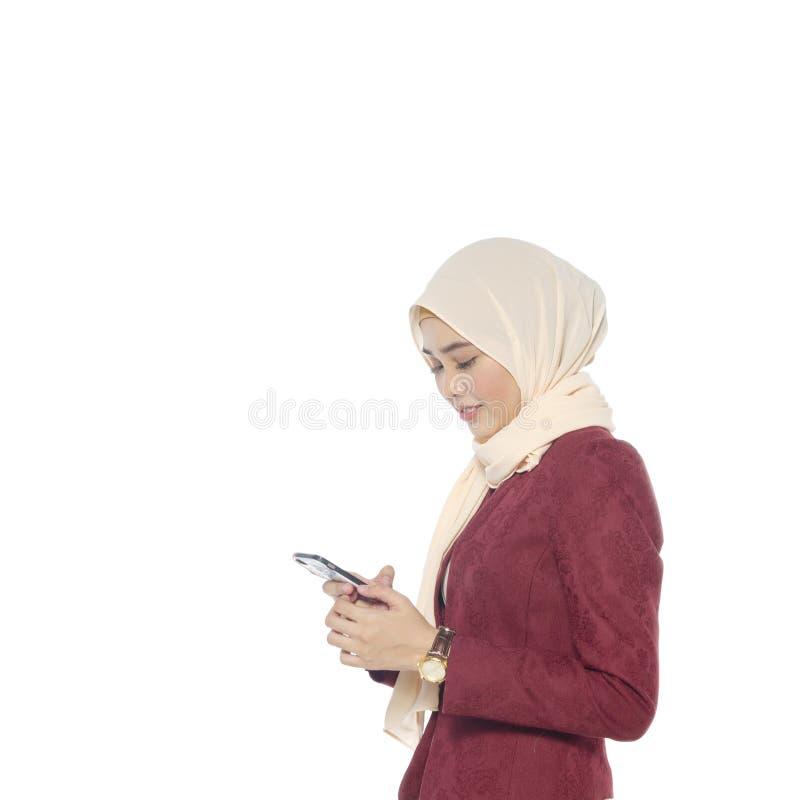 Mulher elegante do moderno que conversa na rede social através do móbil fotos de stock
