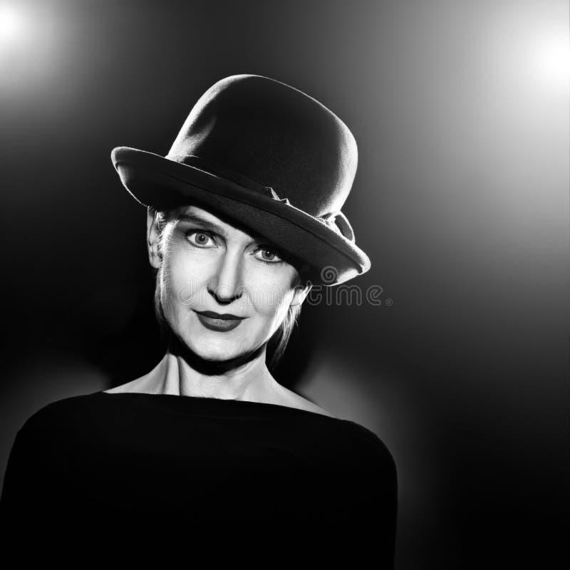 Mulher elegante do retrato preto e branco imagem de stock
