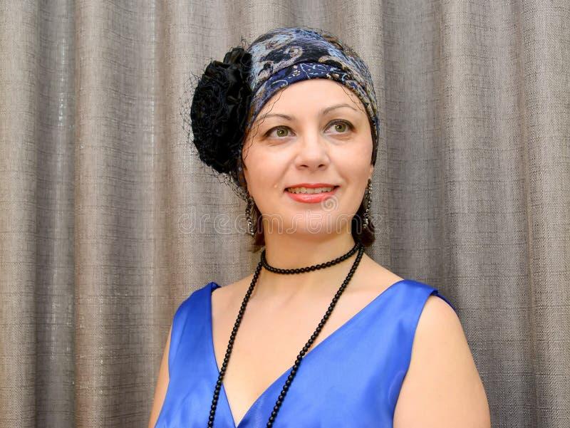 A mulher elegante dos anos médios em um chapéu com um véu Portrai imagem de stock