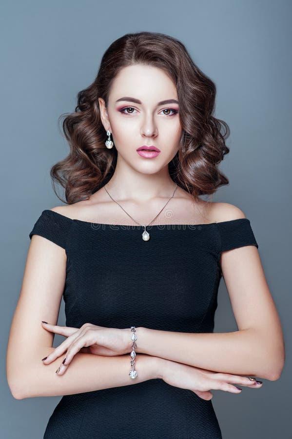 Mulher elegante elegante com jóia Mulher bonita com pendente caro Joia e acessórios foto de stock royalty free