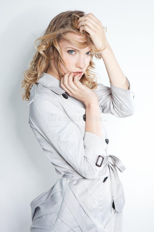 Mulher elegante elegante em um revestimento cinzento imagens de stock