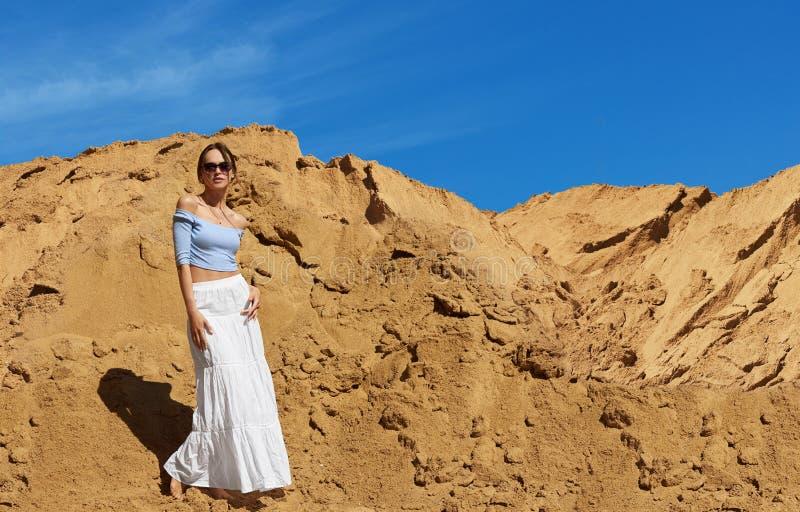 A mulher elegante está vestindo óculos de sol Retrato do ar livre do ver?o imagem de stock royalty free