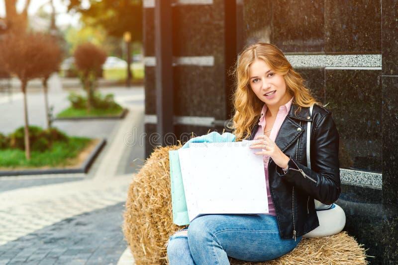 Mulher elegante feliz com sacos de compras fora Povos, forma, conceito do estilo de vida Emo??es positivas Aprecia??o da menina imagem de stock royalty free