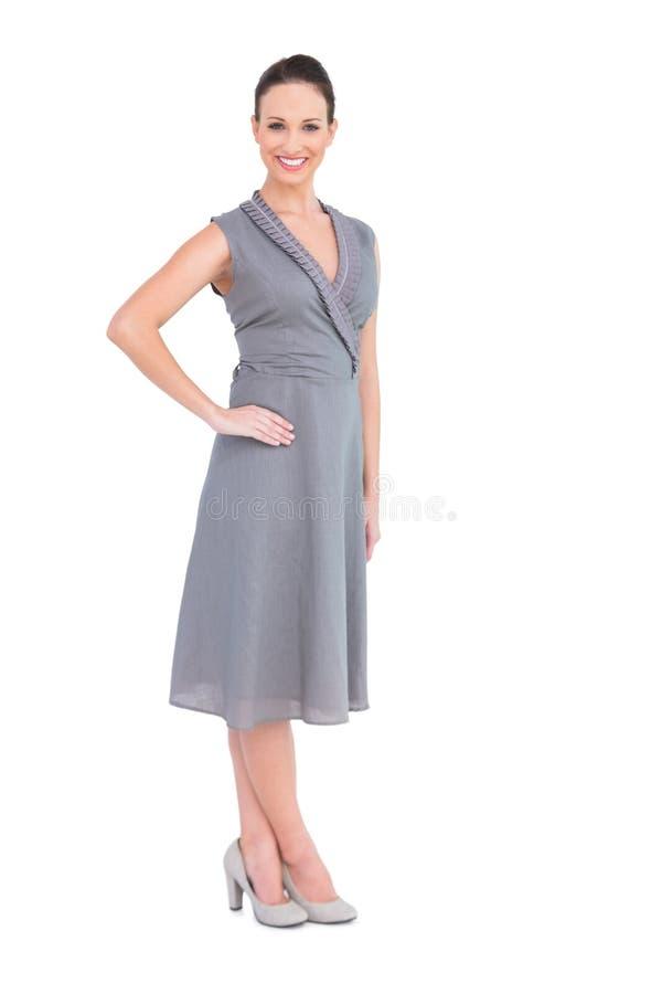 Mulher elegante feliz no vestido elegante que levanta a mão na cintura fotos de stock