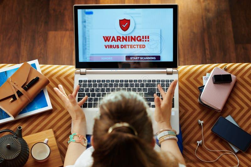 Mulher elegante irritada com vírus no laptop fotos de stock royalty free