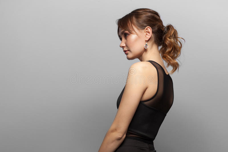 Mulher elegante isolada no fundo cinzento imagens de stock royalty free