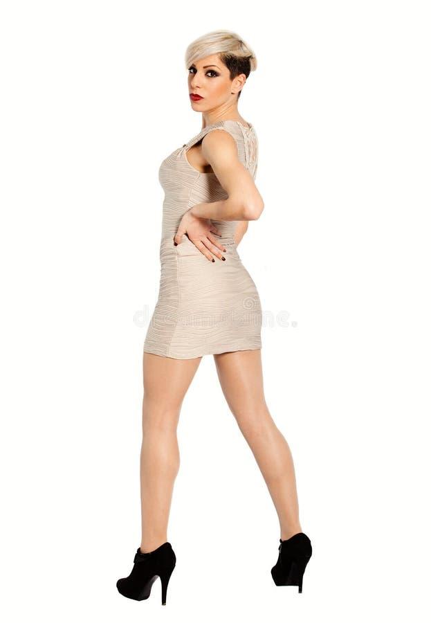 Mulher elegante loura nova atrativa em um fundo branco Comprimento completo fotografia de stock royalty free