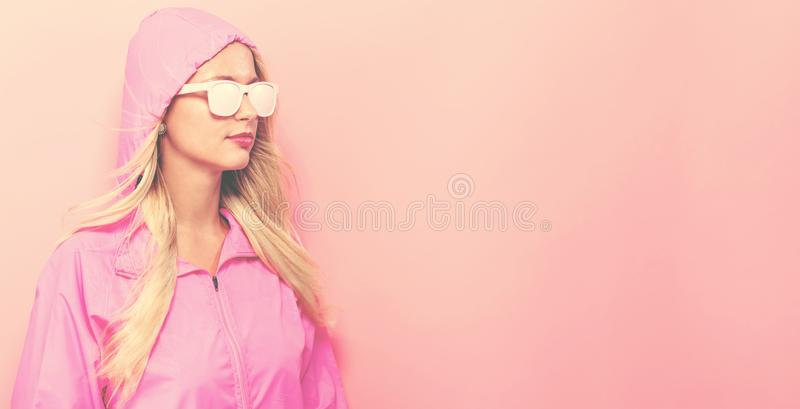 Mulher elegante na capa de chuva e nos óculos de sol fotos de stock royalty free