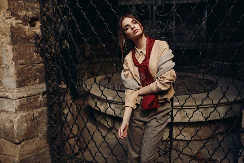 Mulher elegante na roupa de forma na rua Modelo à moda imagem de stock