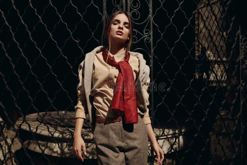 Mulher elegante na roupa de forma na rua Modelo à moda fotos de stock