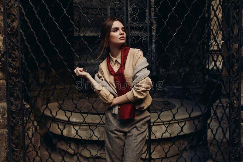 Mulher elegante na roupa de forma na rua Modelo à moda fotos de stock royalty free