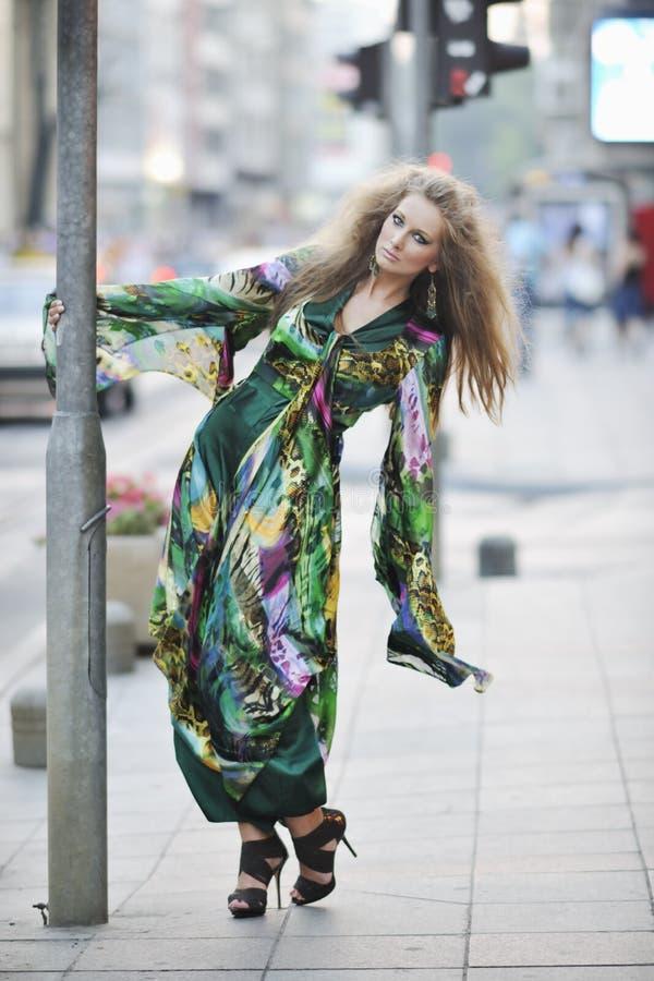 Mulher elegante na rua da cidade na noite fotos de stock