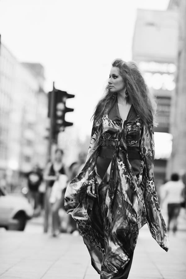 Mulher elegante na rua da cidade na noite fotografia de stock