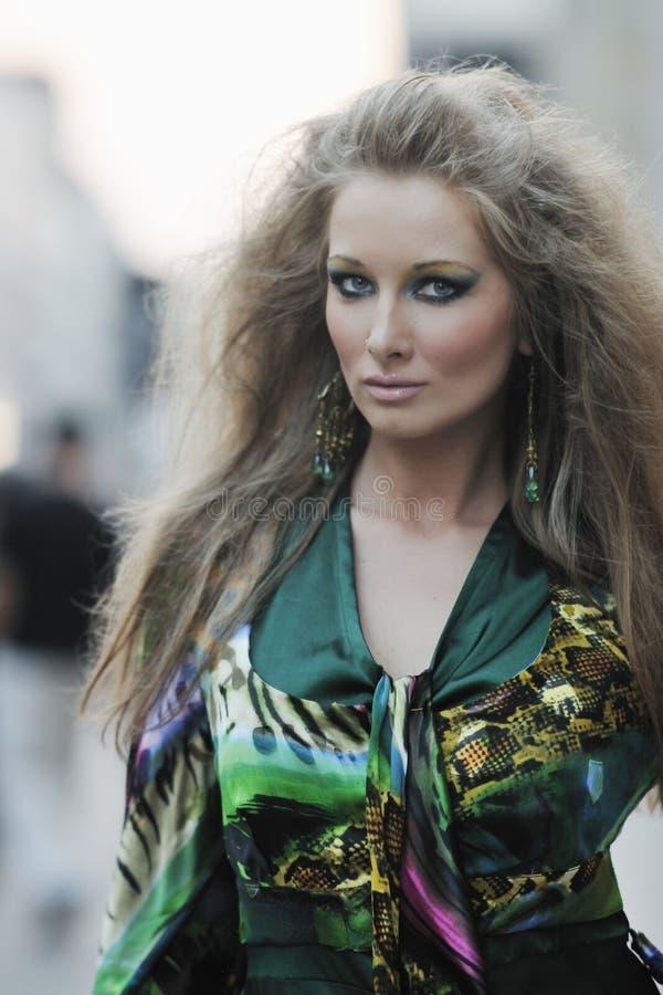 Mulher elegante na rua da cidade na noite imagem de stock royalty free