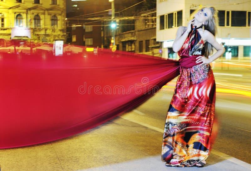 Mulher elegante na rua da cidade na noite fotos de stock royalty free