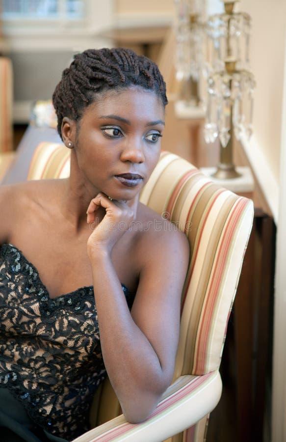 Mulher elegante na sala de estar extravagante imagem de stock royalty free