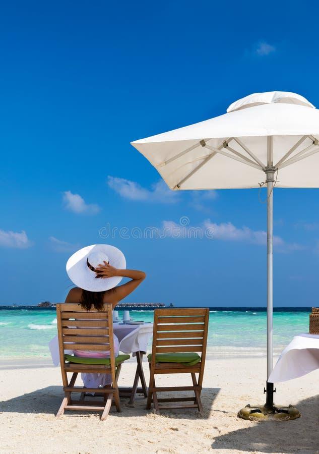 Mulher elegante no café da manhã em um banco de areia fotografia de stock