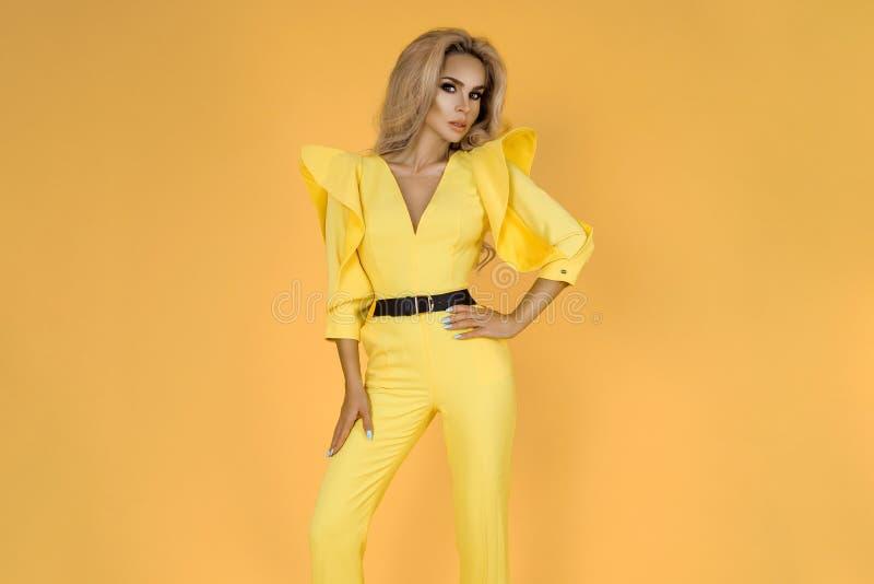 Mulher elegante no fato-macaco, em sapatas e em acessórios amarelos agradáveis Foto do verão da mola da forma - imagem imagem de stock royalty free