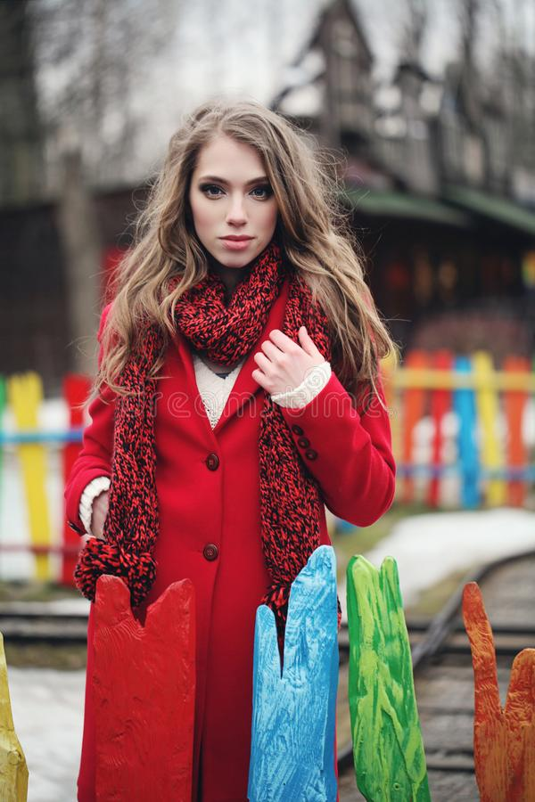 Mulher elegante no revestimento e no lenço vermelhos do inverno foto de stock