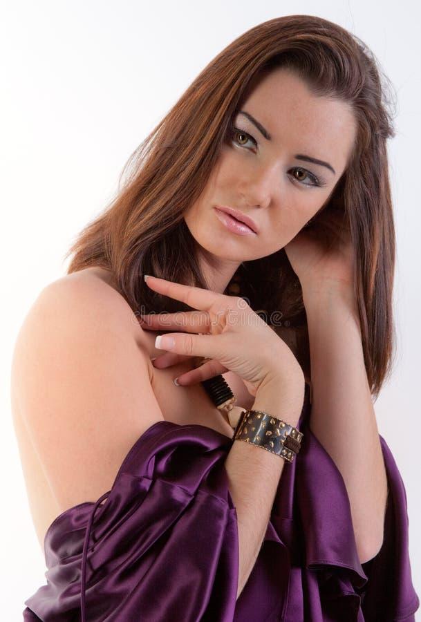 Mulher elegante no vestido/parte superior roxos imagem de stock royalty free