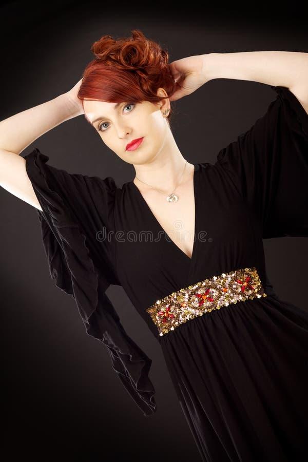 Mulher elegante no vestido preto imagens de stock