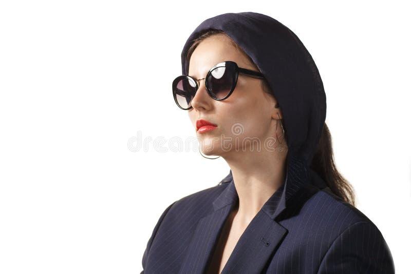 Mulher elegante nos ?culos de sol isolados no fundo branco foto de stock