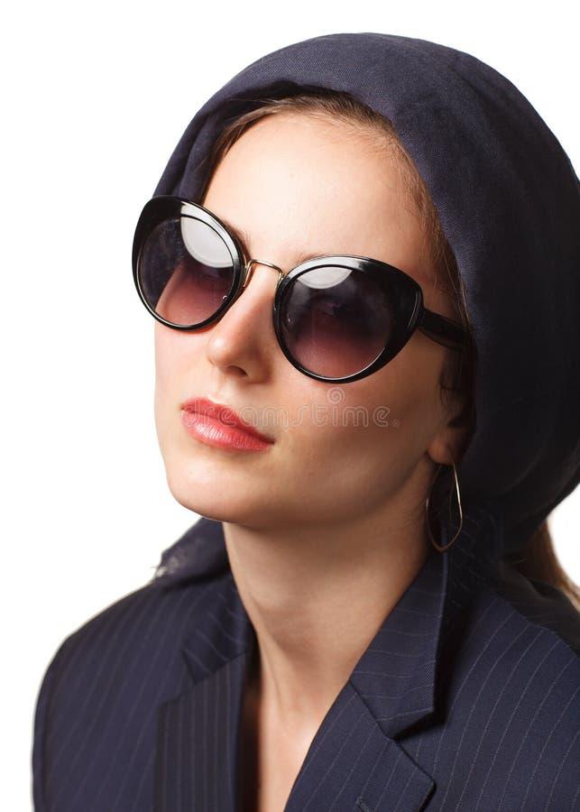 Mulher elegante nos ?culos de sol isolados no fundo branco fotos de stock royalty free