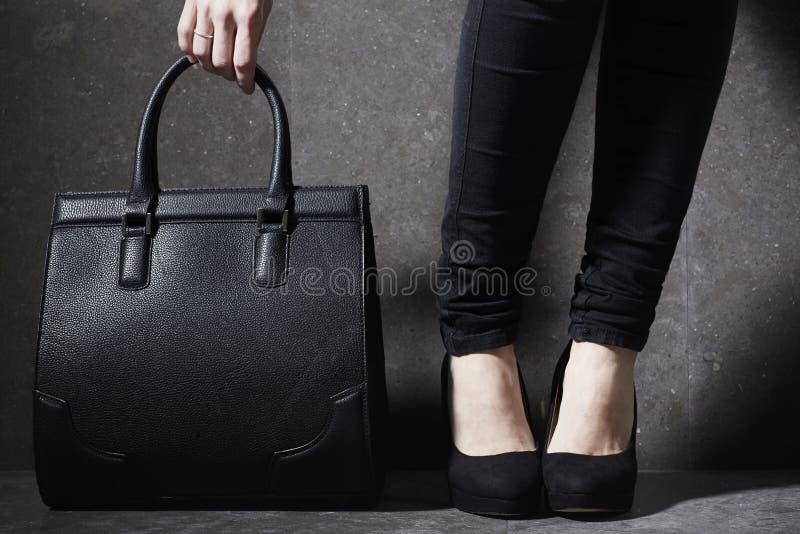 Mulher elegante nos saltos com saco foto de stock