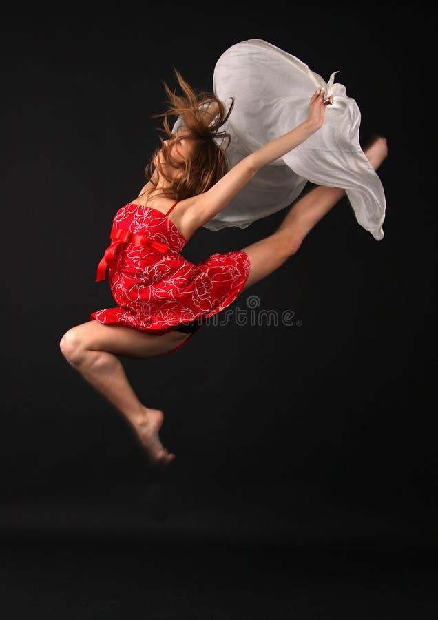 Mulher elegante nova de salto imagem de stock royalty free