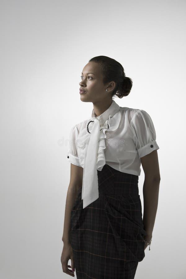 Mulher elegante nova que olha afastado fotografia de stock