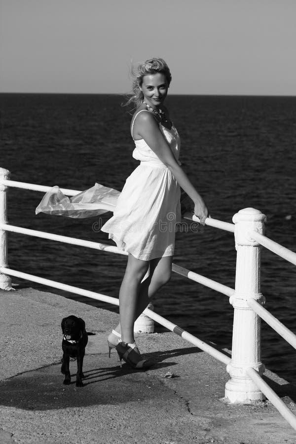 Mulher elegante pelo mar imagens de stock royalty free