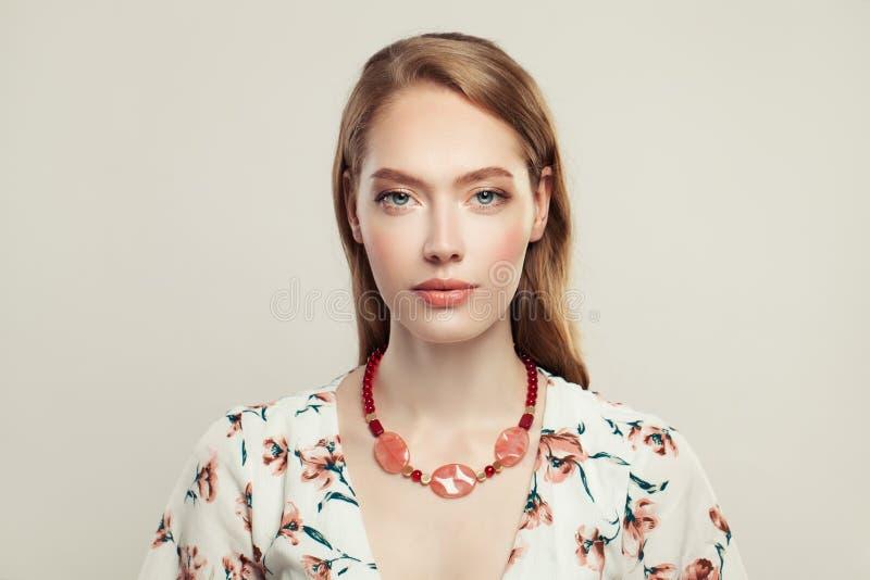 Mulher elegante perfeita na colar da forma com as opalas cor-de-rosa no fundo branco imagens de stock royalty free
