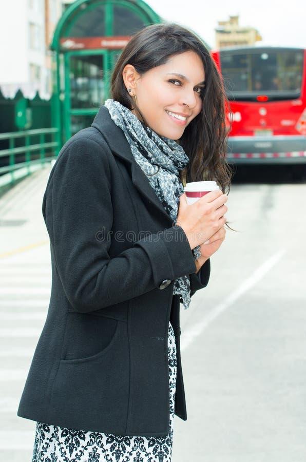 Mulher elegante que veste o revestimento escuro e o branco preto fotos de stock