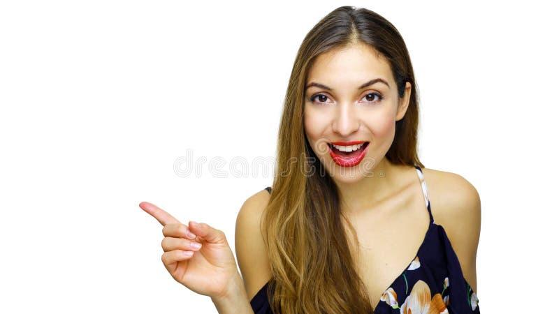 Mulher elegante sedutor no vestido florescido azul que aponta o dedo e os olhares na câmera isolada no fundo branco imagem de stock royalty free