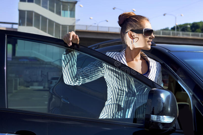 Mulher em óculos de sol pretos fotos de stock