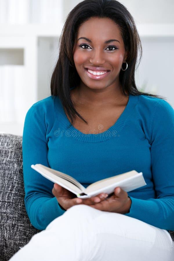 Mulher em apreciar o livro de leitura imagens de stock