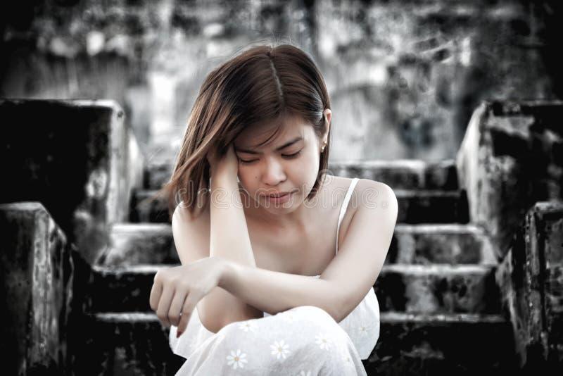 mulher em assento deprimido frustrante em escadas, no grito e no cont fotografia de stock royalty free