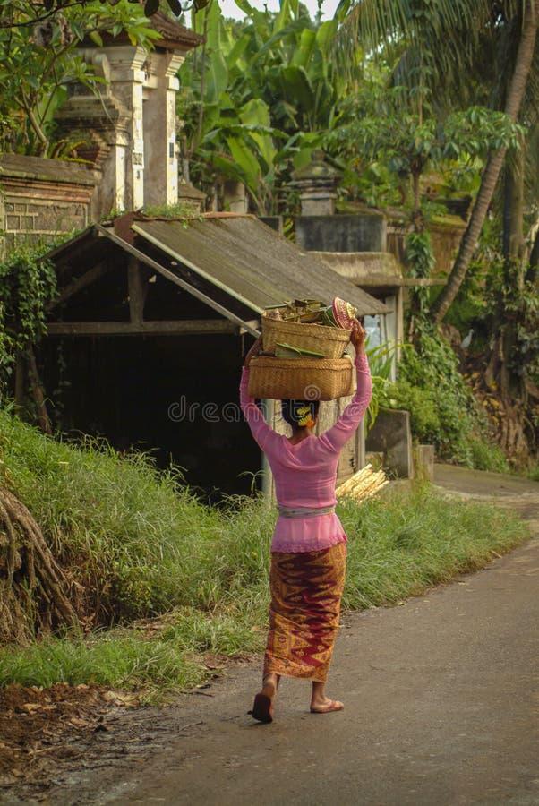 Mulher em Bali com ofertas hindu imagens de stock royalty free