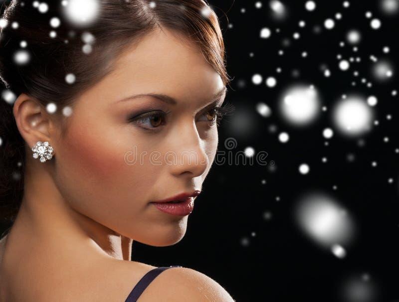 Mulher em brincos vestindo do diamante do vestido de noite foto de stock