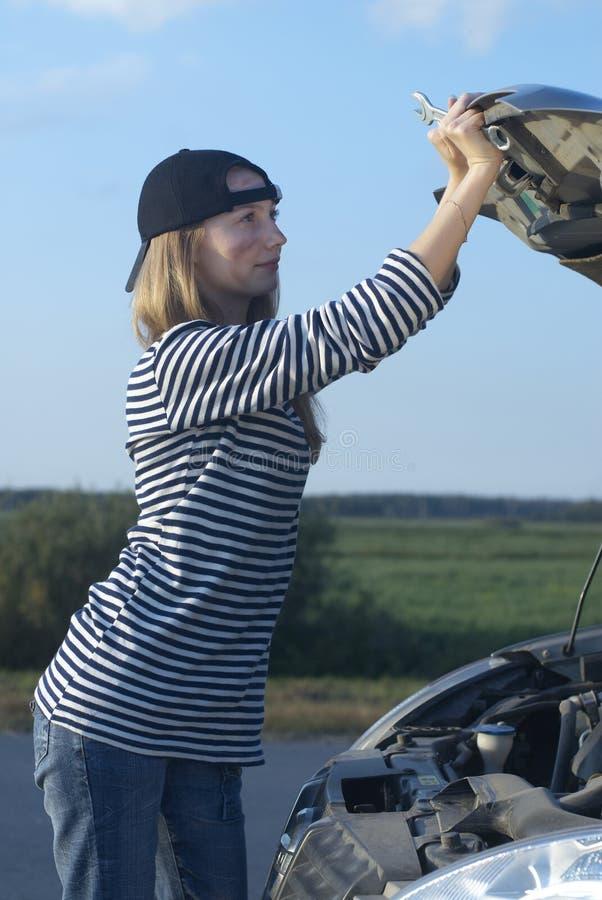 Mulher em carro quebrado fotografia de stock